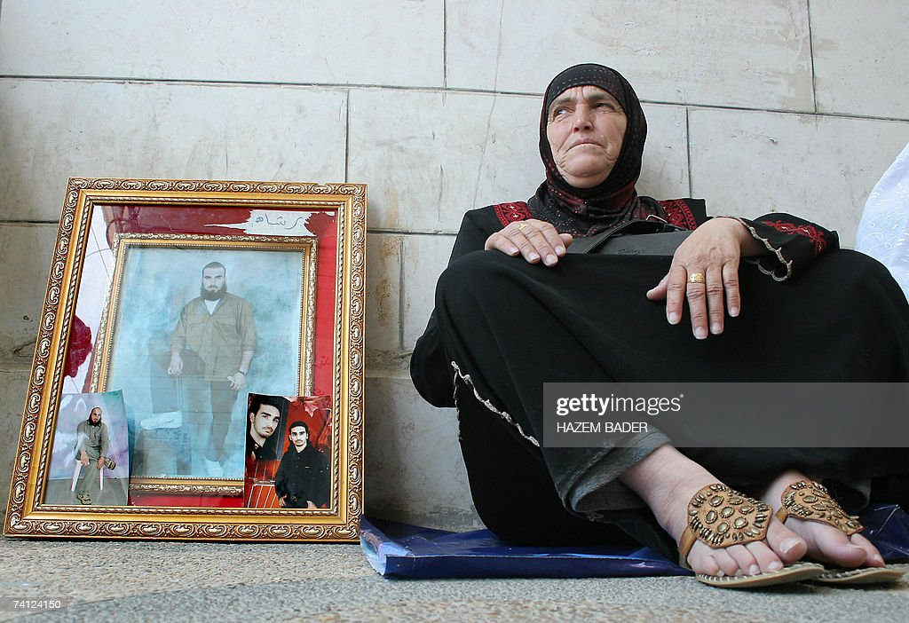 A Palestinian mother sit on the ground n... : News Photo