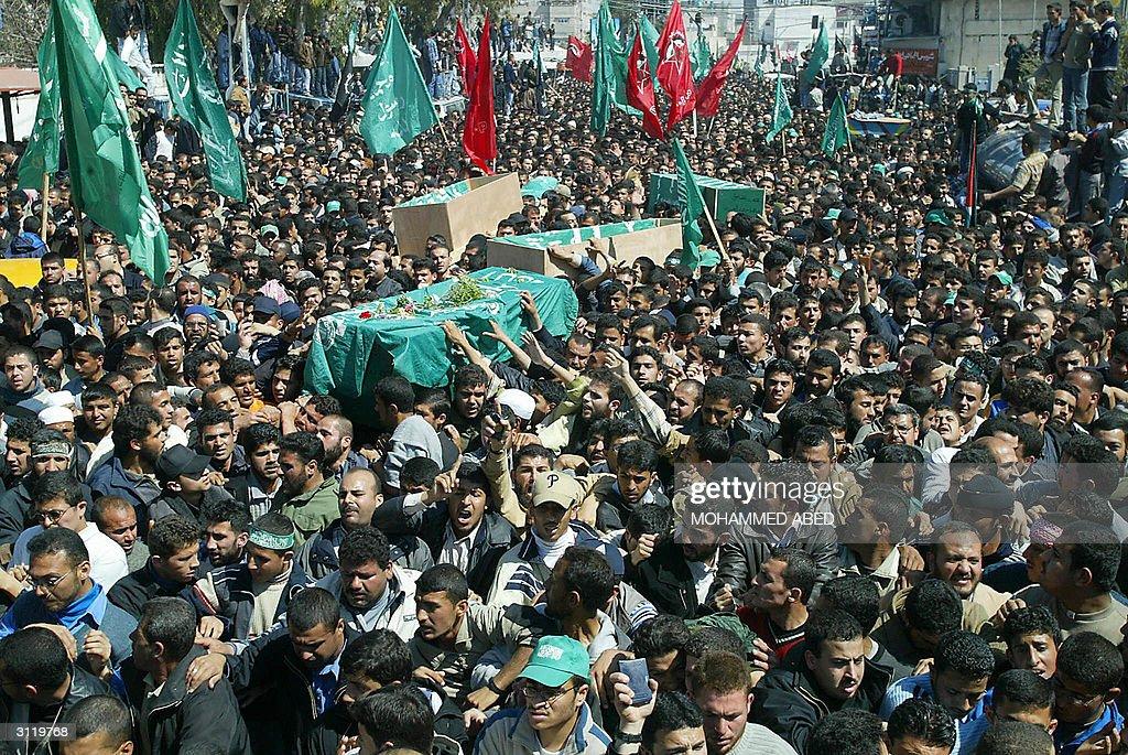 Palestinian mourners carry the coffin of : Fotografía de noticias