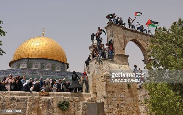 Palestinian Muslim worshippers gather in Jerusalem's al-Aqsa mosque compound, the third holiest site of Islam, on May 21, 2021. - Fresh clashes...
