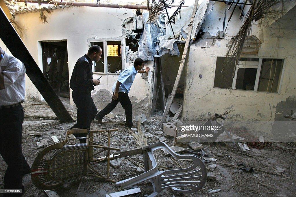 Palestinian police inspect a damaged hom : Fotografía de noticias