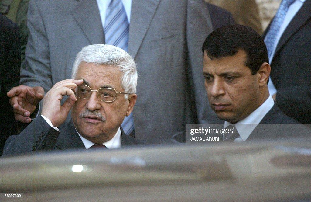 Palestinian President Mahmud Abbas (L) s... : News Photo