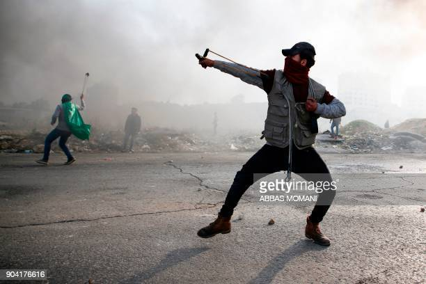 TOPSHOT Palestinian protesters clash with Israeli forces on January 12 2018 north of Ramallah in the Israelioccupied West Bank / AFP PHOTO / ABBAS...