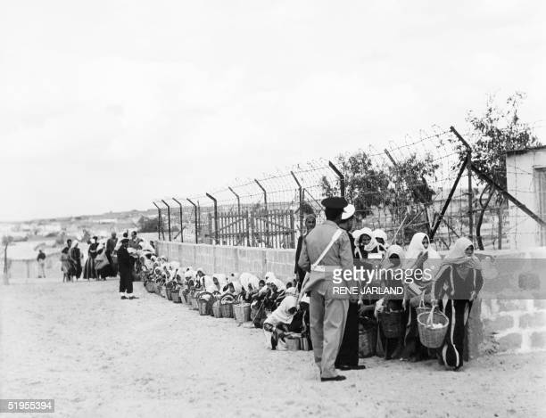 Palestinian refugees queue for food distributed by the UNRWA at a camp in Gaza 09 November 1956 Des rTfugiTs palestiniens attendant la distribution...