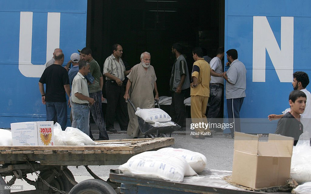 Palestinian Refugees Receive Food From UNRWA : News Photo