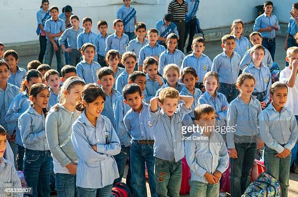 palestinian students lining up for school - palestijnse gebieden stockfoto's en -beelden