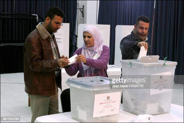 Palestinian voters cast their ballots at the Muqata polling sqtation in Ramallah