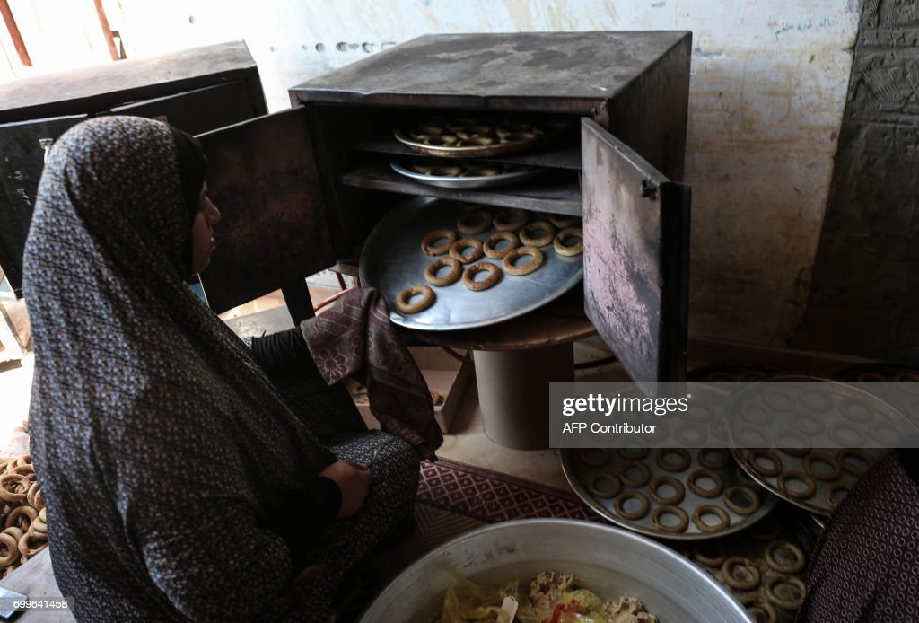 Must see Home Eid Al-Fitr Food - palestinian-woman-makes-traditional-datefilled-cookies-with-her-in-picture-id699641458  Snapshot_73814 .com/photos/palestinian-woman-makes-traditional-datefilled-cookies-with-her-in-picture-id699641458