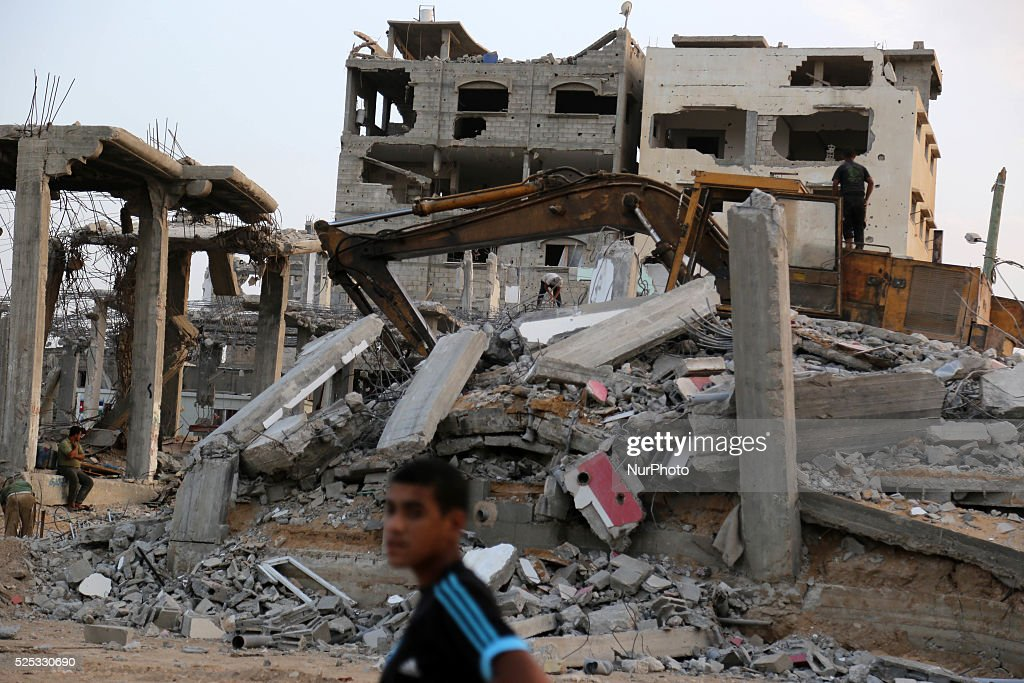 Remove the rubble of destroyed houses in Gaza City : News Photo