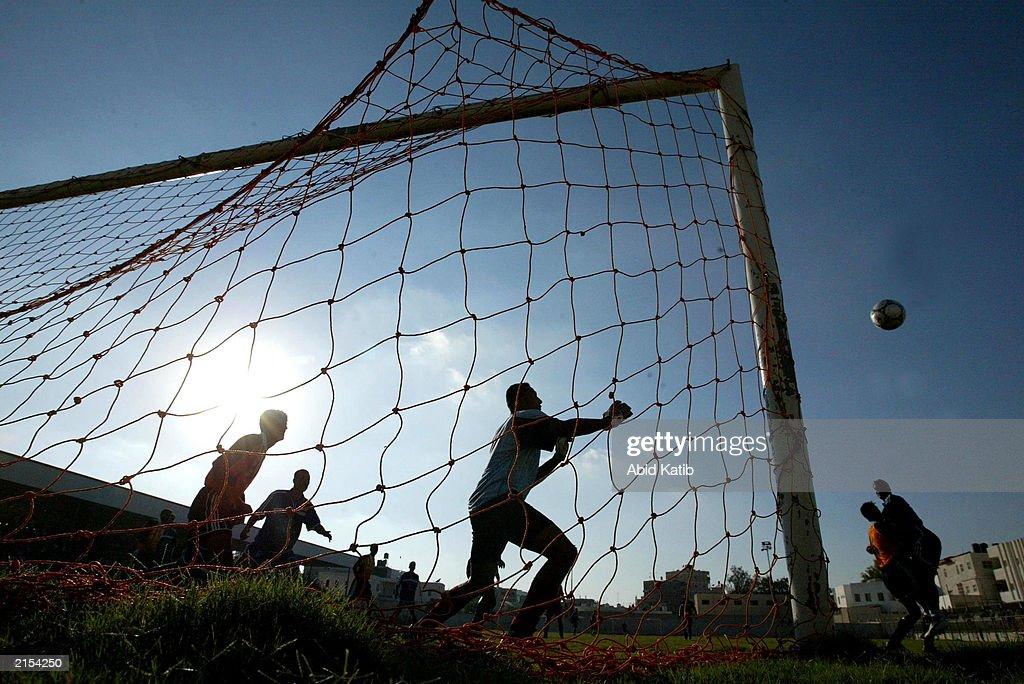 Palestinians Organize Soccer Clubs : ニュース写真