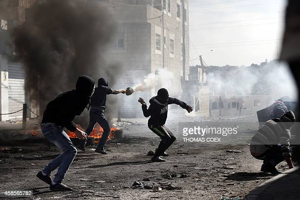 Palestinians battle with Israeli security forces during clashes in the Palestinian refugee camp of Shuafat in east Jerusalem, on November 7, 2014....