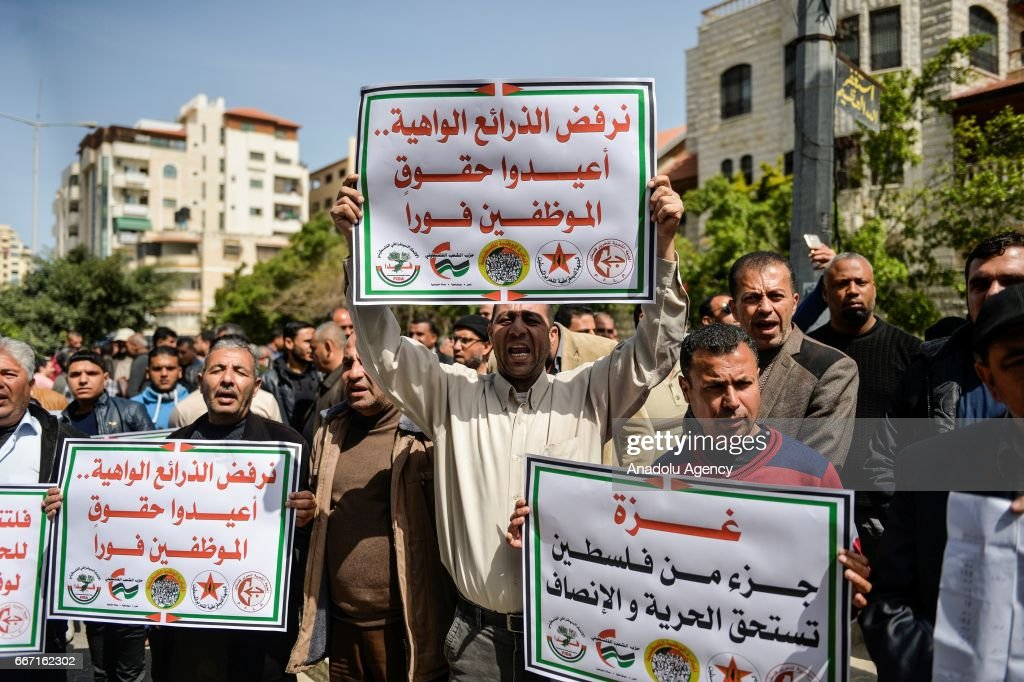 Protest against wage cut in Gaza : News Photo