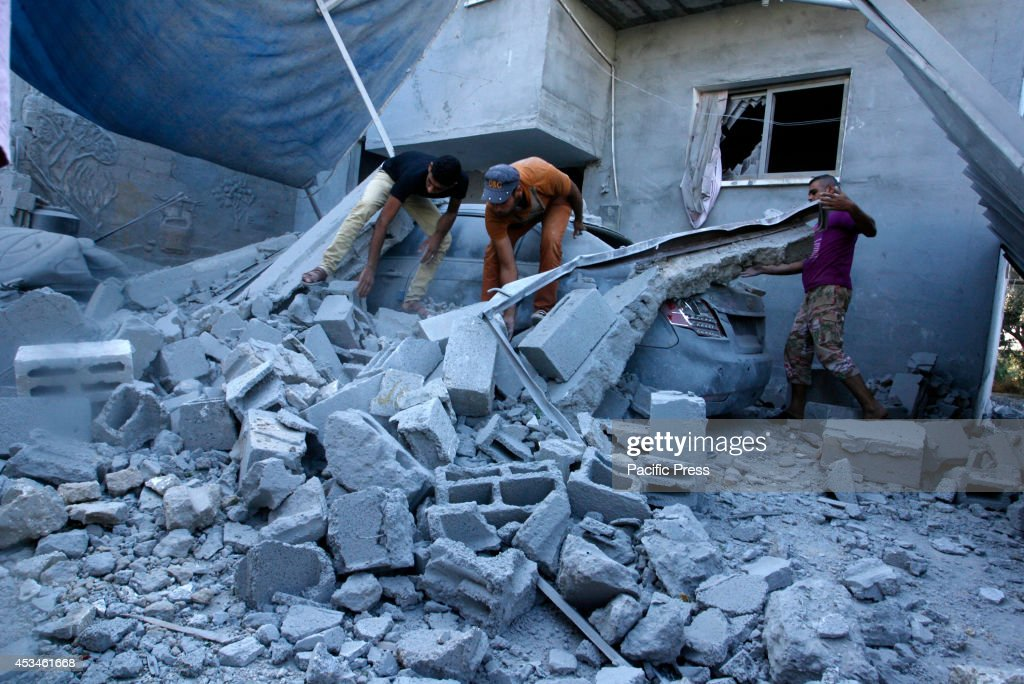 Palestinians inspect a house after it was hit by an Israeli... : ニュース写真