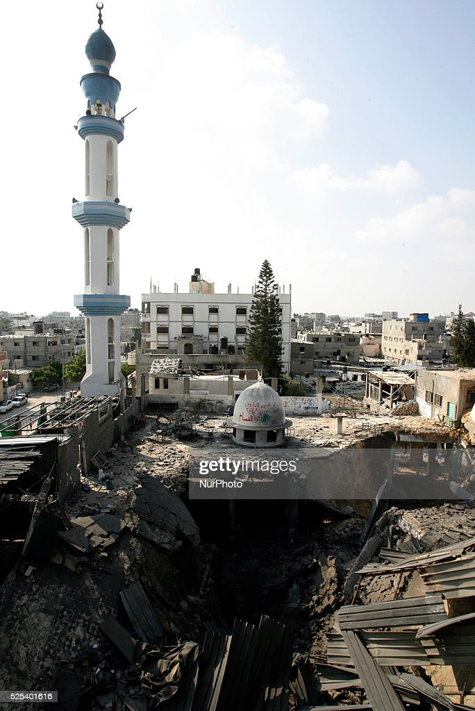 Palestinians inspect the destruction in Farouq Mosque after a an Israeli air strike in Rafah : News Photo