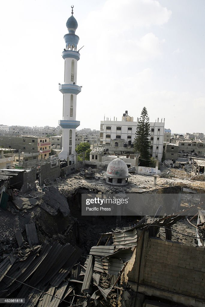 Palestinians inspect the destruction in Farouq Mosque after... : News Photo