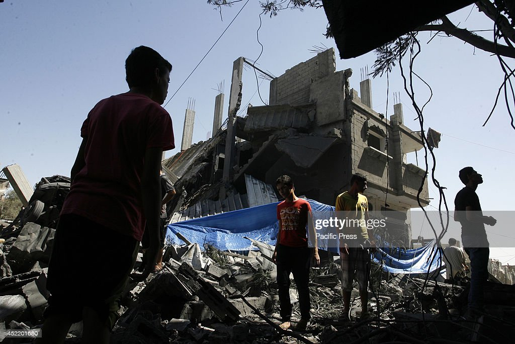 Palestinians search through the rublle of a destroyed house... : ニュース写真