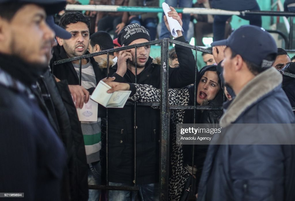 Palestinians wait to get in buses to cross into Egypt in Khan Yunis, Gaza Strip on February 21, 2018 after Egyptian authorities reopened the Rafah border crossing in both directions for four days.