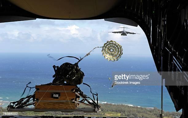 a pallet is released from the back of a c-17 globemaster. - loslassen aktivitäten und sport stock-fotos und bilder