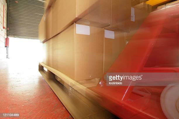 Palete-truck mover uma Palete para abrir Rolo Postigos