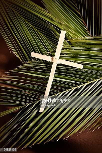 palm cross et palmes sur brown - dimanche des rameaux photos photos et images de collection