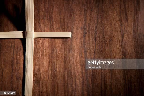 Palm cruce sobre fondo de textura de madera