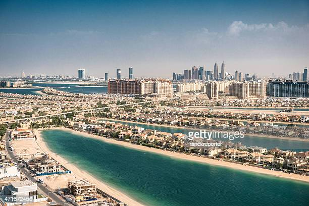 the palm jumeirah in dubai mit skyline - dubai strand stock-fotos und bilder