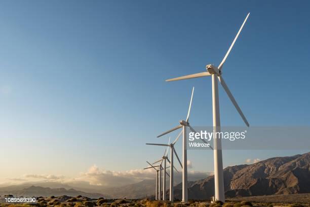 palm springs, kalifornien, förnybar energi wind farm - vindsnurra jordbruksbyggnad bildbanksfoton och bilder