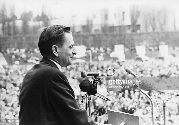 Palme Olof *Politiker Sozialdemokratische Partei SchwedenMinisterpraesident 19691976 und 19821986 Portrait vor Mikrofonen im Bildhintergrund eine...