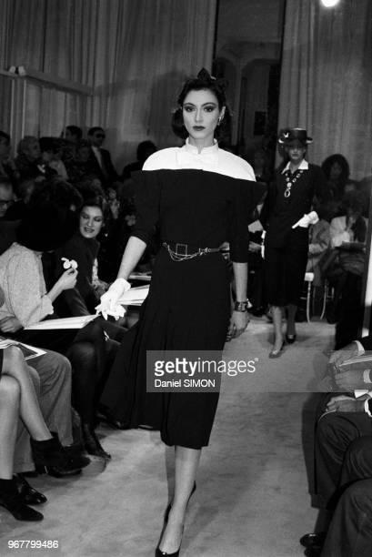 Paloma Picasso à gauche lors du défilé Chanel Haute Couture PrintempsEté 1983 le 27 janvier 1983 à Paris France