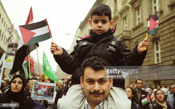 Palästinenser demonstrieren in Berlin gegen das militärische Vorgehen Israels in den palästinensischen Autonomiegebieten