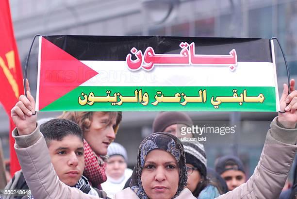 Palästinenser protestieren in Berlin gegen die israelischen Militärschläge gegen Stellungen der Hamas im Gazastreifen