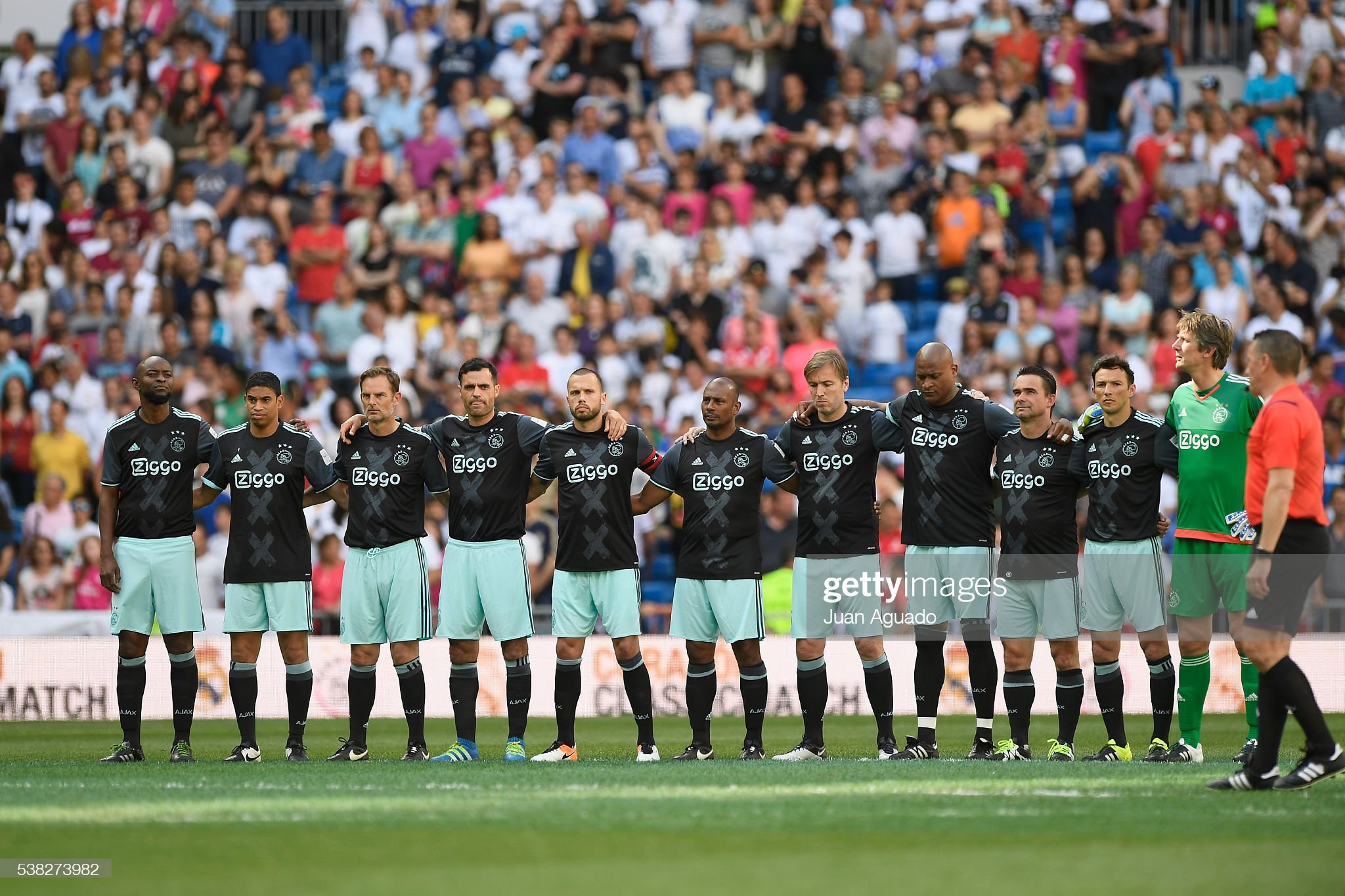 ¿Cuánto mide Frank de Boer? Palyers-of-ajax-legends-during-minute-of-silence-before-the-corazon-picture-id538273982?s=2048x2048