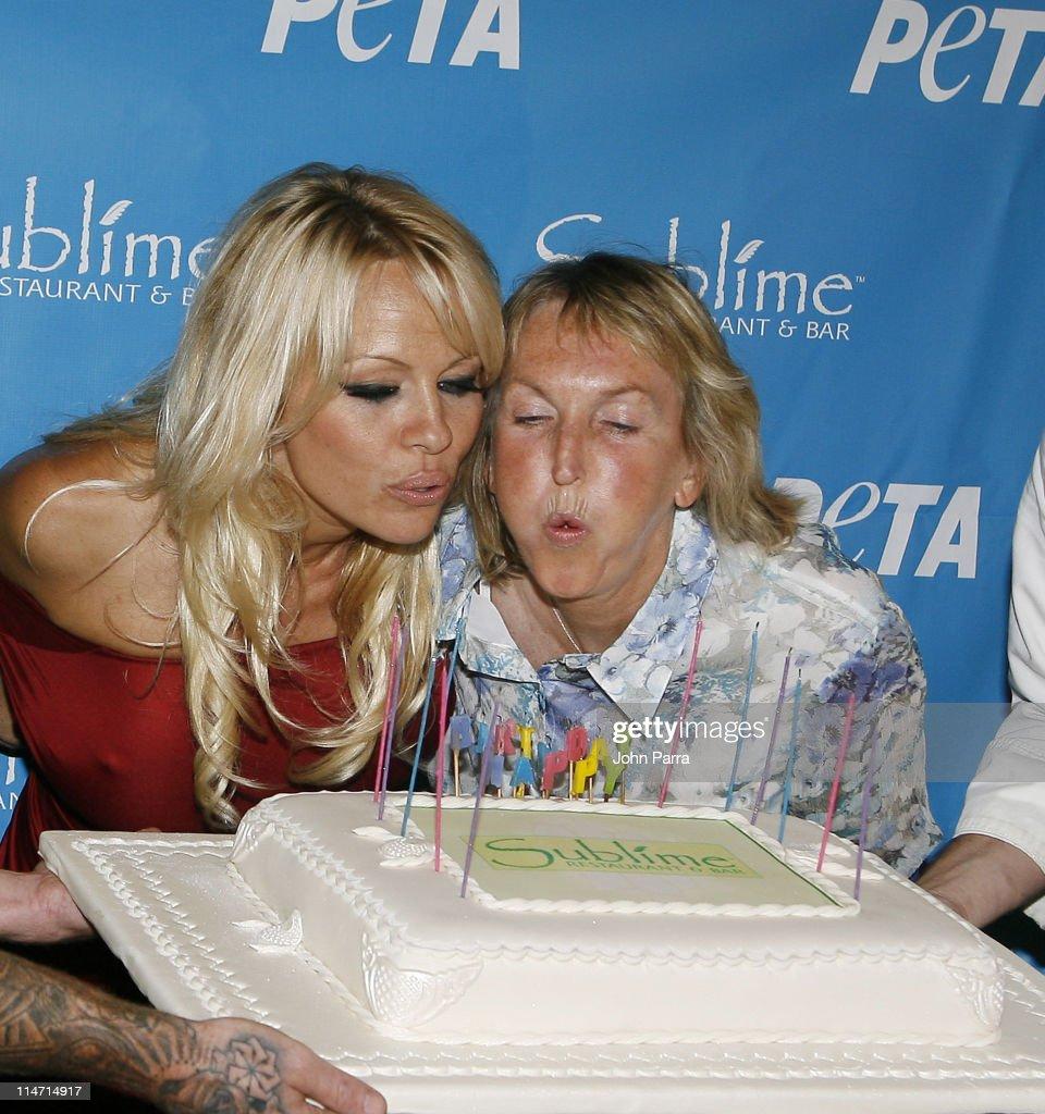 PETA Hosts Pamela Anderson's 40th Birthday Party - Arrivals : Fotografia de notícias