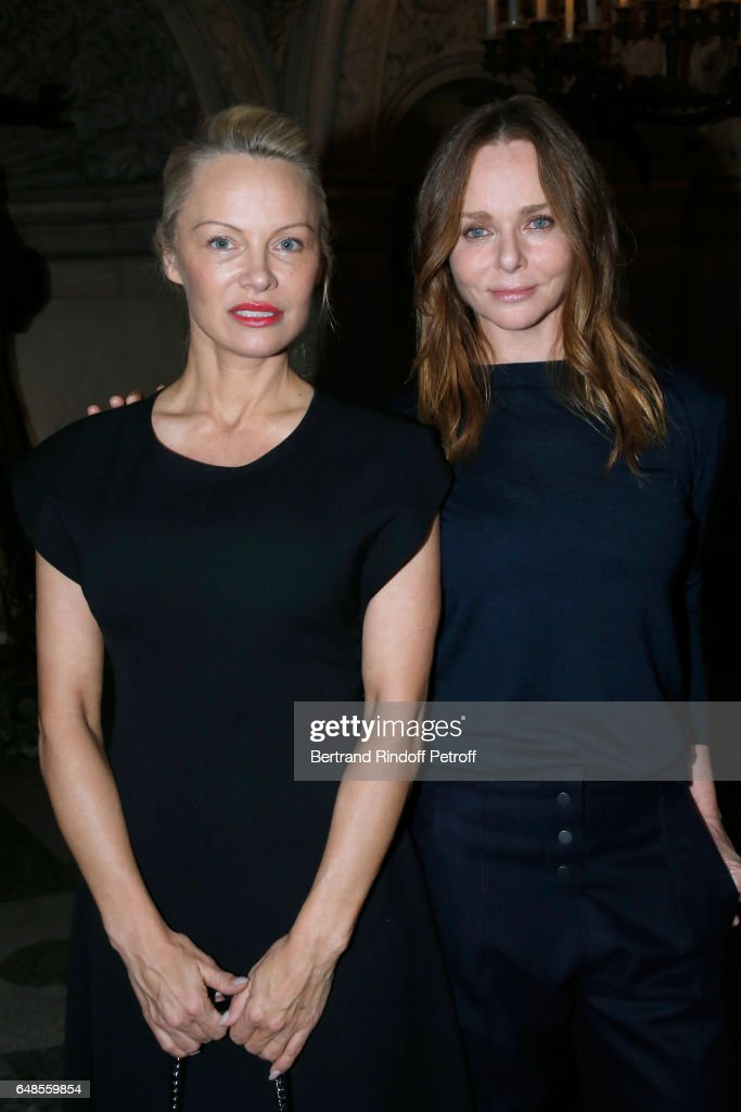 Stella McCartney : Front Row  - Paris Fashion Week Womenswear Fall/Winter 2017/2018 : News Photo