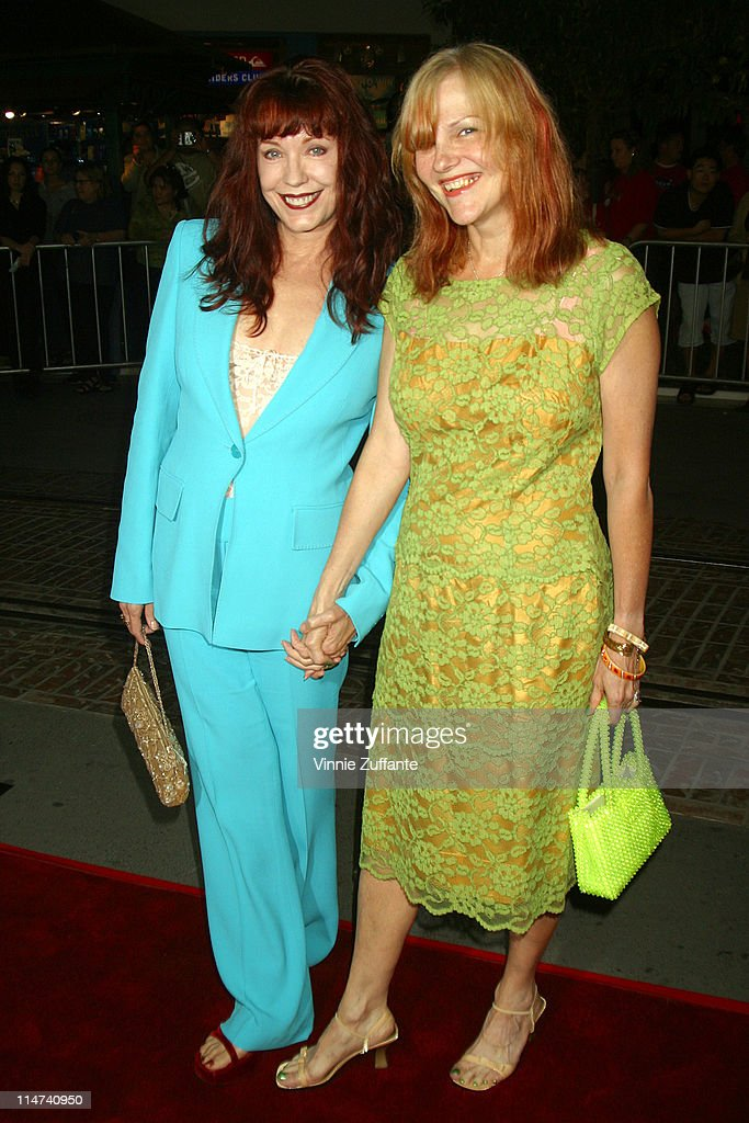"""Pamela Des Barres and Cynthia """"Plaster Caster"""" attending the premiere of their latest film, """"The Banger Sisters"""" in Los Angeles 09/19/02 : Nachrichtenfoto"""