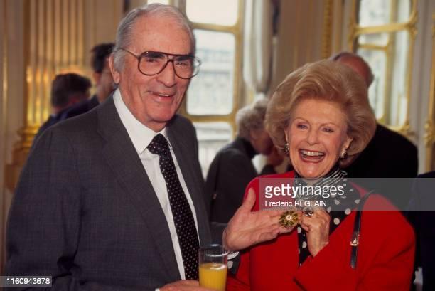 Pamela Harriman ambassadrice des ÉtatsUnis en France a reçu la distinction de commandeur des arts et des lettres ici avec Gregory Peck à Paris en...