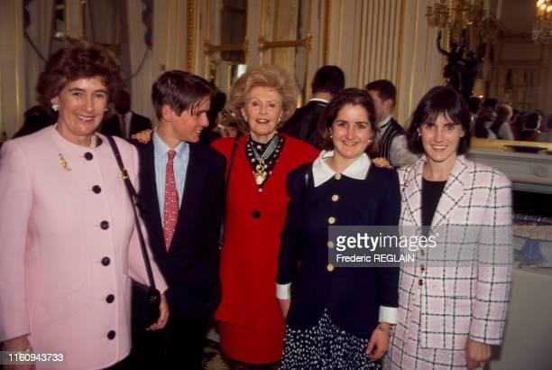 Pamela Harriman ambassadrice des ÉtatsUnis en France a reçu la distinction de commandeur des arts et des lettres ici avec Minnie Churchill Jack...
