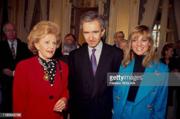 Pamela Harriman ambassadrice des ÉtatsUnis en France a reçu la distinction de commandeur des arts et des lettres ici avec Bernard Arnault et sa femme...