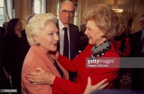Pamela Harriman ambassadrice des ÉtatsUnis en France a reçu la distinction de commandeur des arts et des lettres ici avec Line Renaud à Paris en...