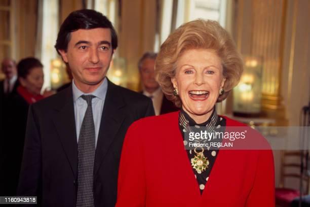Pamela Harriman ambassadrice des ÉtatsUnis en France a reçu la distinction de commandeur des arts et des lettres ici avec le ministre de la culture...