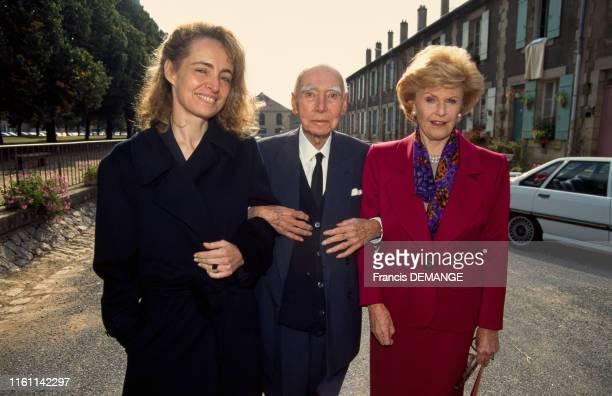 Pamela Harriman ambassadrice des ÉtatsUnis en France visite l'usine de cristal de Baccarat ici avec AnneClaire Taittinger et le président de la...