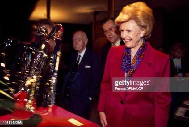 Pamela Harriman ambassadrice des ÉtatsUnis en France visite l'usine de cristal de Baccarat à Baccarat en France le 18 septembre 1996 Le président de...