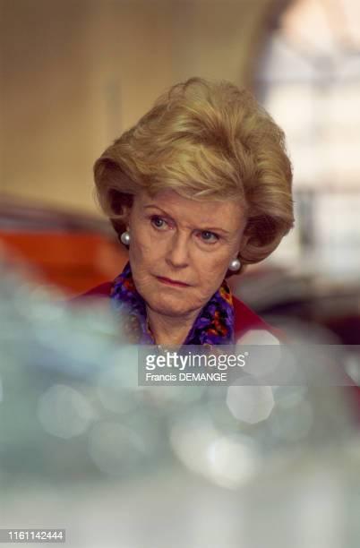 Pamela Harriman ambassadrice des ÉtatsUnis en France visite l'usine de cristal de Baccarat à Baccarat en France le 18 septembre 1996