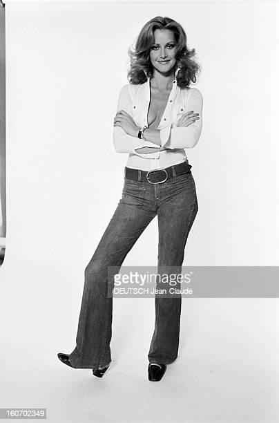Pamela Huntington, Cover Girl American. 1972- Pamela HUNTINGTON pose en studio, souriante, vêtue d'un pantalon jean et d'une chemise avec un...