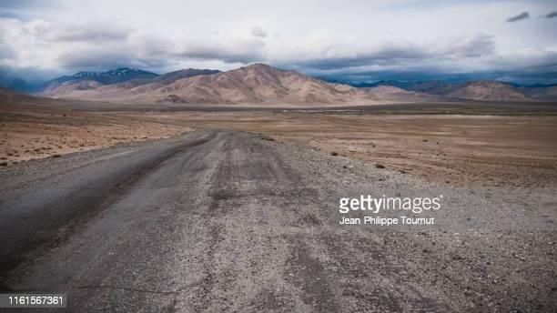 pamir highway near alichur, pamir plateau, tajikistan, central asia - afghanistan stock-fotos und bilder