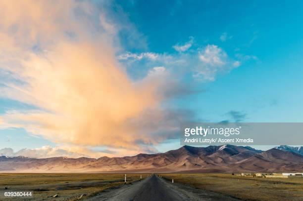 pamir highway near karakul, sunrise - 中央アジア ストックフォトと画像