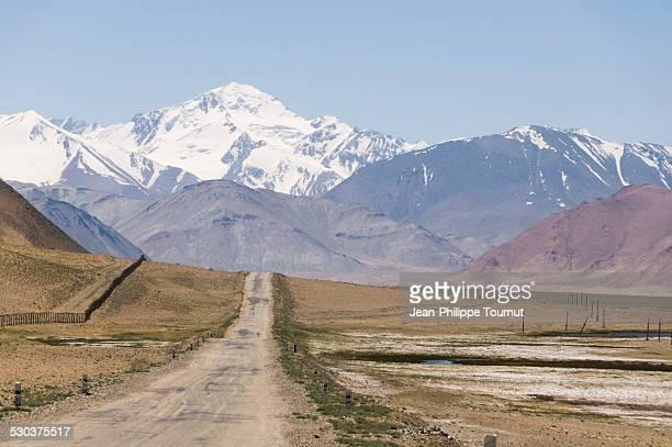 pamir highway towards ak-baital pass in tajikistan - badakhshan fotografías e imágenes de stock