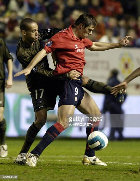 Osasuna's Savo Milosevic fights for the ball with Bordeaux's Mauricio da Silva during a UEFA Cup return leg football match in Pamplona 22 February...