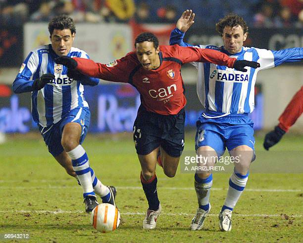 Osasuna's Valmiro Lopes vies with Deportivo Argentinian Aldo Pedro Duscher and Sergio Gonzalez 26 February 2006 during a Spanish league football...