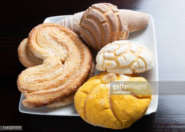 pan dulce variado (assorted mexican sweetbread) - sweet bun stock pictures, royalty-free photos & images