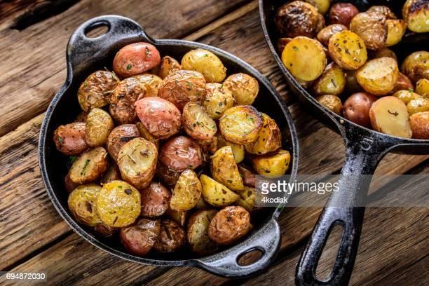 Pan frito Yukon Gold papas con hierbas en hierro fundido